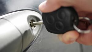 En bilägare i Skinnskatteberg blev av med både bilnycklar och bil sedan en okänd gärningsman varit framme. Händelsen har polisanmälts.