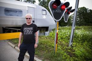 Mikael Nilsson räddade en äldre förvirrad man från tågspåret på onsdagen.