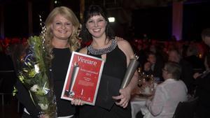 Curlingspelaren Anette Norberg delade ut priset som Årets lottombud till Ica Fontänens representant Anna Sohlberg vid Svenska Spels ombudsgala i går kväll.