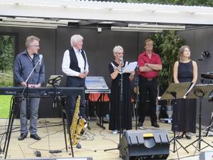 Från vänster Per-Åke Stockberg, Tommy Thelin, konferencier Margareta Hedberg, Ronnie Sahlén och Stina Joza