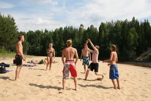 Här är det dags för lite beachvolley på sandstranden vid Frostkilen.