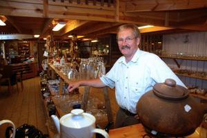 Bertil Hansson är föreståndare för second hand-verksamheten Pärlan, som har vuxit ur sina befintliga lokaler och håller på att samla sin verksamhet på ett och samma ställe.