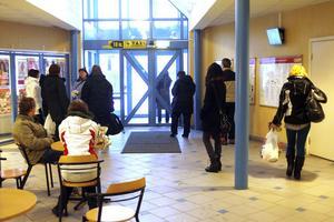 I går morse fick resenärer med X-tåget till Hudiksvall vänta i en och en halv timme på ersättningsbuss, på stationen i Söderhamn.