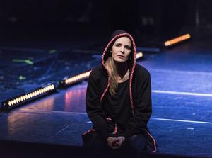 Laula (Charlotta Jonsson) är föreställningens aktivist, till stora delar framskriven av Maxida Märak.