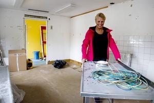 Lena Hellberg röjer i dagiset Knattebos gamla kök där hon ska husera med sin fotvårdsfirma Lena glada fötter.