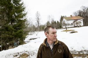 En dryg kilometer bakom ryggen på Henrik Skoglund kommer flera av vindkraftverken att stå, det kommer han inte att acceptera.