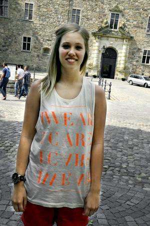 Felicia Calais, 18 år, går på Karro, Örebro:– Den är cool, skön och snygg. Jag gillar att ha den i värmen. Tröjan köptes för 100 kronor till förmån för aidsfonden.