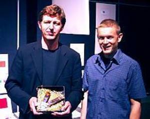 Lyckliga pristagare. Designern Michel Östlund och Högbosmeden Johan Sandström var nöjda i samband med att de vann ett stort designpris.