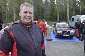 Återfall. Efter uppåt 20 års uppehåll drabbades Göran Resare av återfallslust till rallyn, köpte en Volvo ihop med sin bror och tävlar för MK Kopparberg.