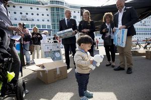 Dan Sjölund, befälhavare på M/S Birka, ville återgälda de fina gesten från flyktingar i Härnösand som gav en gåva till passagerna på fartyget. Här är det Jawhar Alashour, 1,5 år, som glädjestrålande överraskas med ett mjukisdjur i Birkas färger.