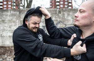 Här griper Magnus Forslund tag i Rasmus Flodins hoodie för att värja sig från hans angrepp.