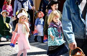 I parad. Det blev en färgsprakande påskparad i centrala Grythyttan när Hembygdsföreningen ordnade festligheter för barnen på påskafton.