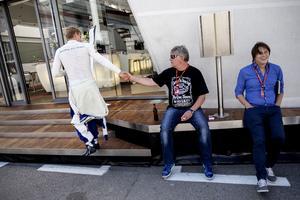 Marcus Ericsson får en tröstande hand på väg in till Saubers hospitality i depån i Barcelona.
