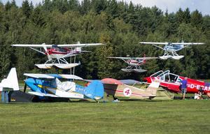 Tre sjöflygplan dånade fram över fältet i uppvisningssyfte på lördagsförmiddagen. Mäktig syn innan de landade på vattnet några kilometer bort.