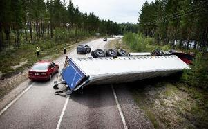 Lastbilschauffören tappade kontrollen över fordonet som välte över ena körfältet på riksväg 26. Foto: Peter Ohlsson