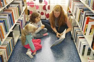 Anna-Karin Eliasson från Samhällsprogrammet årskurs tre läser för förskolebarnen.