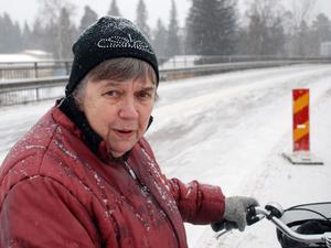 Kerstin Valler är en av dem som tvingas använda bilbron för att cykla från Grönalid ner på byn.