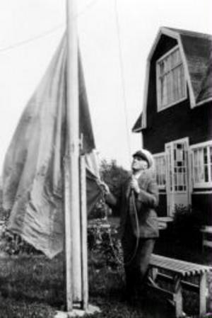 Det firades många namnsdagar och födelsedagar i Davidstad och här är det David själv som hissar flaggan.