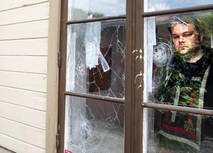 I Syndikalisternas lokaler i Sandviken detonerade något som troligtvis var en kraftig fyrverkeripjäs.I Gävle krossade man fönstren på Joe Hill-gården med stenar. Björn Pettersson inspekterade skadorna i går.