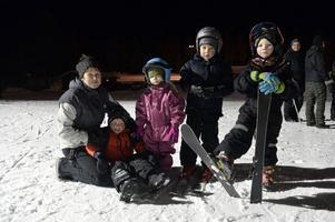 Lena Fransson med fyra unga skidåkare i  Elias Nymans, 5 år, Liv Mörk 4 år, Mikael Rustad 6 år och Mattias Hansson 5 år.