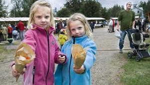 En strut med godis. Elsa Hellberg och Alva Ruiz hittade mycket gott på Långhedsmarknaden.