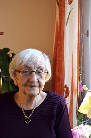 Astrid Hjelm minns en rödhårig kvinna som ville låna telefonen i Högvålen för ett samtal till Berlin.