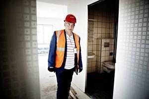 TRYGG ARBETSPLATS. Tomas Moström visar upp bygget på Gävle strand. Skanskas nya koncept Xchange ska i framtiden förkorta byggtiden och ge tryggare arbetsplatser med färre tunga lyft.