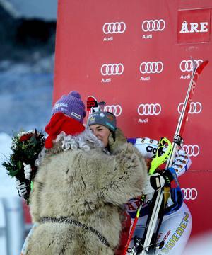 Maria Pietilä-Holmner högst upp på prispallen gratuleras av tomten.