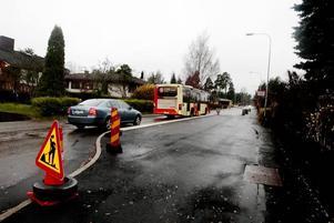 tvingas vänta. När bussen stannar på Hjortstigen tvingas bilarna i båda färdriktningarna vänta. På morgonen och eftermiddagen blir det ofta trafikstockning ut i korsningarna vid Konsum.