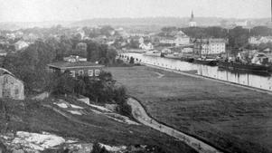Vet du när den här bilden är tagen? 1800-tal eller 1900-tal? Gjuteriet, byggt 1864, finns på bilden, men inte så mycket av Societetsparken.