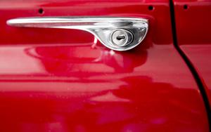 Hans-Eriks favoritbilar är Volvo Amazon (vars dörrhandtag bilden föreställer) samt P1800 och hans favoritfärg på bilarna är röd.