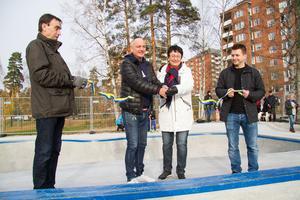 Kommunchef Anders Kilström och kommunalråd Marino Wallsten (S) håller i bandet som klipps av Dick Helsing (M) och Gertraude Bergström (S) - vars motioner ligger bakom skateparken.