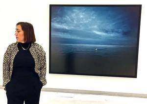 Aida Chehrehgosha framför sitt verk