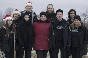 Jultomtarna från Situation Baltikum i mellandagarna består av Alva Ehrnholm 18 år, Erik Bäckström 15 år och Anton Bergström 21 år. Tina Tufan 17 år, Julia Humla 19 år, Elga Racene (kontaktperson på plats), Oskar Gyllenhammar 25 år och Josephine Hallberg 21 år.