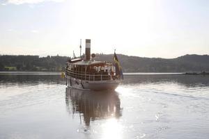 Alma af Stafre lägger ut från hemmahamnen i Stavre. Ångbåten från 1873 är en av Sveriges äldsta aktiva ångbåtar och trafikerar Revsundssjön två gånger i veckan under sommaren. Hon har även stått värd för bröllop, dop, fester och till och med en begravning.