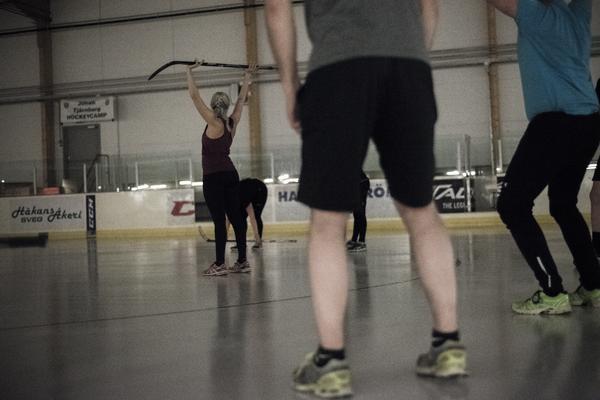 En ishockeyklubba kan fungera utmärkt som träningsredskap under barmarksträningen. Lisa Larsson gör frivändningar och nöter teknik.