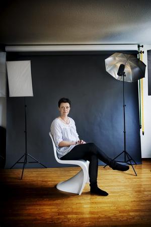 Omslagsbild: I den nya lägenheten fick Therése plats med en egen fotostudio. Som skrivbordsstolar har hon två kopior av Pantons S-chair från 1960 inköpta på Jakobssons möbler i Odensbacken.