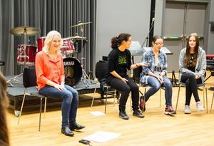 Anna Wikenius guidade kören bestående av lärare och elever på det estetiska programmet och kulturskolan in i folkmusikens värld.