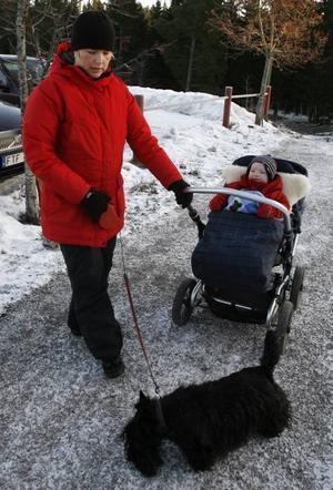 På promenad. Katarina Ericsson med dottern Linnea och hunden Walter.