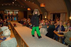 Jättelika pälsmössor hör till vinterns mode. Albert Hansback på catwalken i Våmhus.