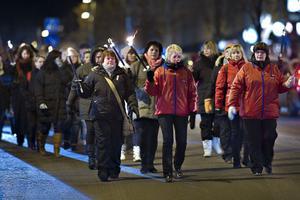 Uppemot 300 personer slöt i går kväll upp i fackeltåget mot de planerade neddragningarna inom omvårdnadsförvaltningen.