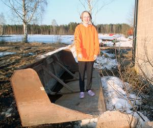 Emil Grönlund visar platsen där han hittade och räddade sin lillebror.