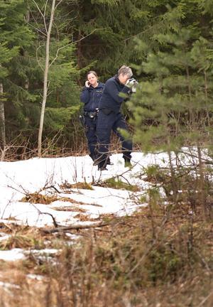 Fyndplatsen och dess omgivningar dokumenterades nogsamt av kriminaltekniker.