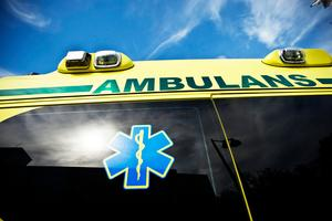 Mannen omhändertogs av ambulanspersonal och fördes till sjukhus.