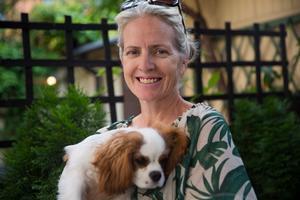 Nina Wahlin och hunden Happy som varit en del av familjen sedan maj i år.