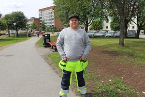 En av ungdomarna som har fått jobb under sommaren är Linus Braatz. Här i Stadsparken för lite arbete.
