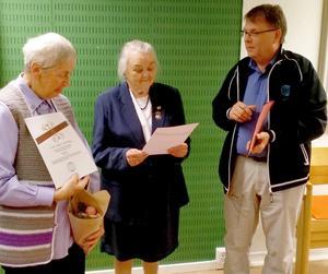 Lars Sundh delade ut diplom och  nål till Gun-Mari Jönehag (till vänster) för 70-årigt medlemskap och till Anna Österholm för 75-årigt medlemskap. Foto: Thomas Stensson