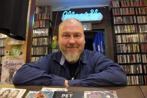Stefan Nilsson bakom disken i sin skivbutik.