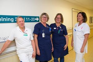 Therese Norén, längst till höger, tillsammans med några ur personalen på medicinavdeling tre på Köpings sjukhus. Från vänster undersköterskan Malin Hjalmarsson, sjuksköterskan Eva Bergqvist-Axelsson och sektionsledaren Eva-Lena Andersson.