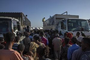 En hjälpsändning från FN kommer till människor på flykt undan konflikten i Tigrayregionen i Etiopien. Foto: Nariman El-Mofty/AP Photo